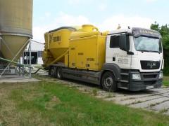 Mahl- und Mischdienst R. & M. Voigt, mobile Mühle FD 3008MAX beim ausbringen von Mischfutter in ein Silo