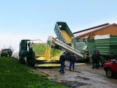 Mahl- und Mischdienst R. & M. Voigt, Mahlen von Feuchtmais und Pressen mit einer Ag-Bag Maschine