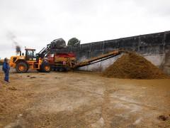 Mahl- und Mischdienst R. & M. Voigt, zerkleinern von Grassilage für eine Biogas Anlage
