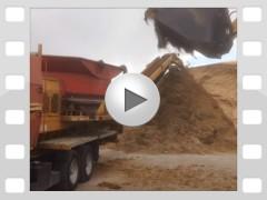 Mahl- und Mischdienst R. & M. Voigt, Video - zerkleinern von Gras Silage für eine Biogasanlage